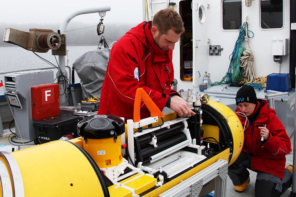 Robotic exploration scientist Thorben Wulff and physical oceanographer Sandra Tippenhauer make sure the instruments in the AUV are functioning properly. Photo: Siri Björnsdotter.