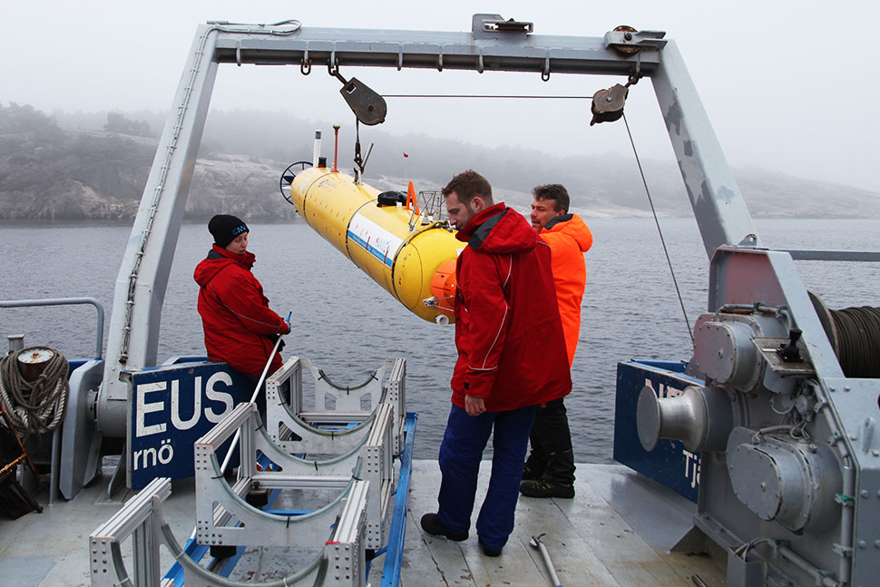 Sandra Tippenhauer, Thorben Wulff and engineer Sascha Lehmenhecker are retrieving the AUV on board, and measurement data will be unloaded
