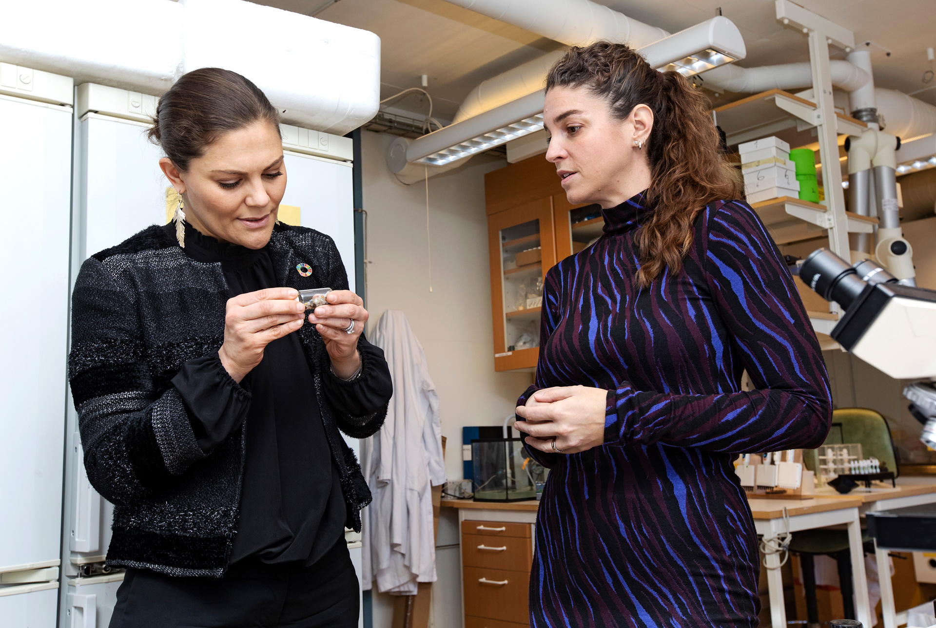 Crown Princess Victoria in conversation with Bethanie Carney Almroth, Associate Professor of Ecotoxicology, during her visit to the Zoology building.