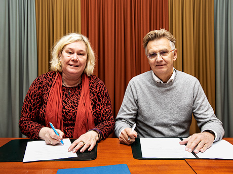 Vice-Chancellor Eva Wiberg and County Governor Anders Danielsson signing the agreement