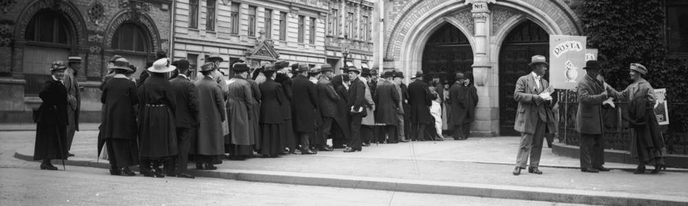 People standing in line to vote 1900